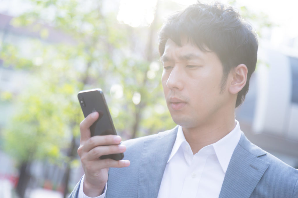 Twitter(ツイッター)のリムバとは?検索する男性のイメージ画像