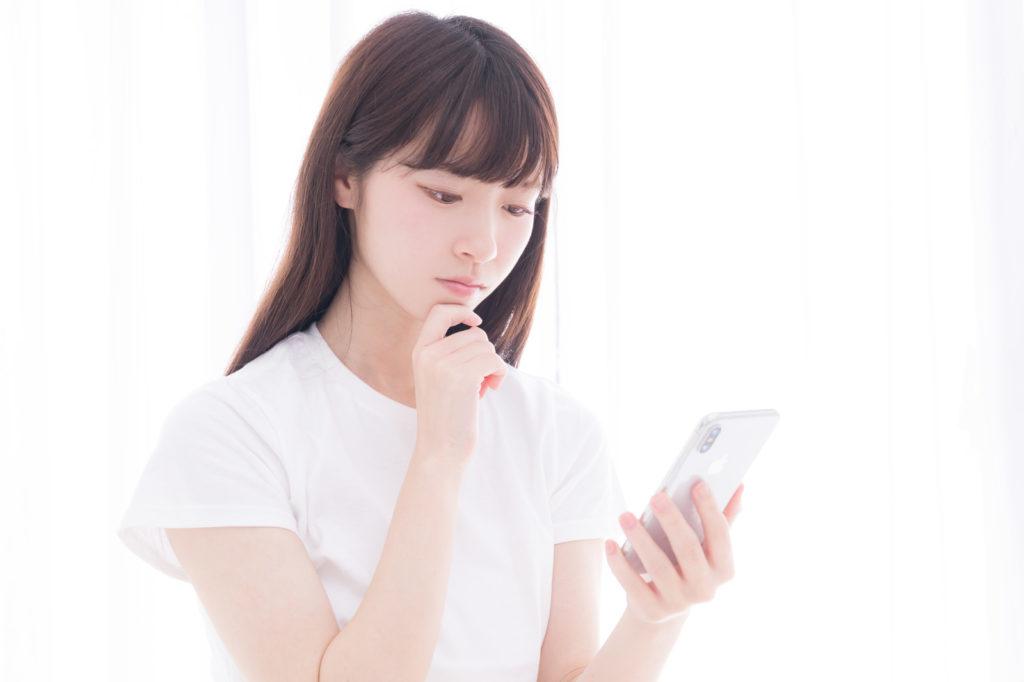 Twitter(ツイッター)の無言フォローの意味とは?と考える女性のイメージ画像